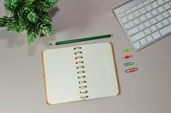 Escritorio de oficina con el ordenador fotografía de archivo libre de regalías