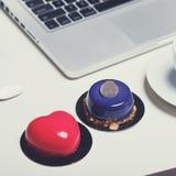 Escritorio de oficina con el ordenador portátil de las galletas del café imagen de archivo libre de regalías