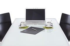 Escritorio de oficina con el ordenador portátil listo para la reunión de negocios imágenes de archivo libres de regalías