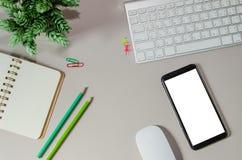 Escritorio de oficina con el ordenador, teléfono elegante fotos de archivo libres de regalías
