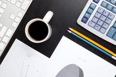 Escritorio de oficina con la calculadora Imágenes de archivo libres de regalías