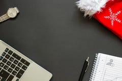 Escritorio de oficina con la opinión superior de la decoración de la Navidad Imagen de archivo libre de regalías
