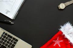 Escritorio de oficina con la opinión superior de la decoración de la Navidad Foto de archivo