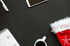 Escritorio de oficina con la opinión superior de la decoración de la Navidad Imagenes de archivo