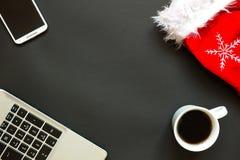 Escritorio de oficina con la opinión superior de la decoración de la Navidad Imágenes de archivo libres de regalías