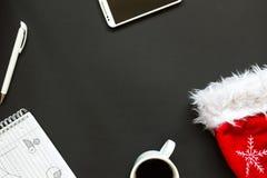 Escritorio de oficina con la opinión superior de la decoración de la Navidad Fotografía de archivo