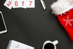 Escritorio de oficina con la opinión superior de la decoración de la Navidad Imagen de archivo