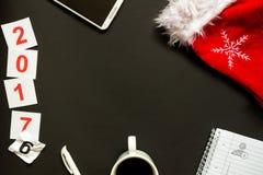 Escritorio de oficina con la opinión superior de la decoración de la Navidad Fotografía de archivo libre de regalías