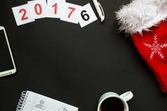 Escritorio de oficina con la opinión superior de la decoración de la Navidad Foto de archivo libre de regalías