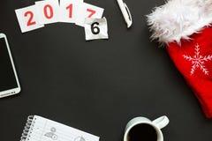 Escritorio de oficina con la opinión superior de la decoración de la Navidad y del Año Nuevo Fotos de archivo libres de regalías