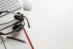 Escritorio de oficina con las auriculares foto de archivo libre de regalías