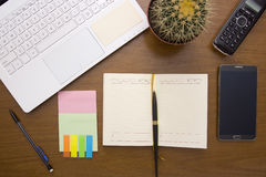 Escritorio de oficina con los artículos de la oficina Fotos de archivo libres de regalías
