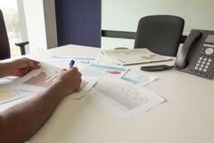 Escritorio de oficina con los papeles Fotos de archivo libres de regalías