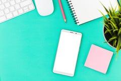 Escritorio de oficina con smartphone fotos de archivo libres de regalías