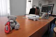 Escritorio de oficina con un oso del peluche Foto de archivo libre de regalías