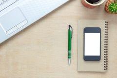 Escritorio de oficina de los accesorios de la visión superior el teléfono móvil, papel de nota, cof Imagen de archivo libre de regalías