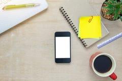 Escritorio de oficina de los accesorios de la visión superior el teléfono móvil, papel de nota, cof Imágenes de archivo libres de regalías