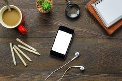 Escritorio de oficina de los accesorios de la visión superior el teléfono móvil, papel de nota, pluma Fotos de archivo libres de regalías