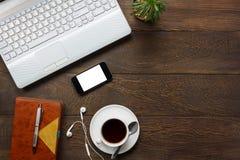 Escritorio de oficina de los accesorios de la visión superior el teléfono móvil, papel de nota, pluma Imagen de archivo