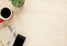 Escritorio de oficina de los accesorios de la visión superior el teléfono móvil, papel de nota, pluma Imágenes de archivo libres de regalías