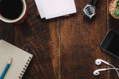 Escritorio de oficina de los accesorios el teléfono móvil, etiqueta, lápiz, no Imágenes de archivo libres de regalías