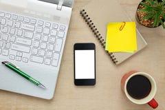 Escritorio de oficina de los accesorios el teléfono móvil, papel de nota, cof Imagen de archivo libre de regalías