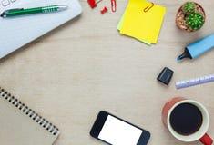 Escritorio de oficina de los accesorios el teléfono móvil, papel de nota, cof Imagenes de archivo