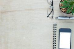Escritorio de oficina de los accesorios el teléfono móvil, papel de nota, pluma Imágenes de archivo libres de regalías