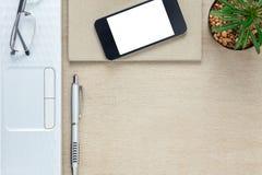 Escritorio de oficina de los accesorios el teléfono móvil, papel de nota, revestimiento Fotografía de archivo