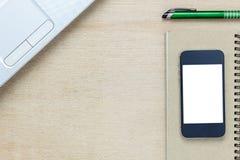 Escritorio de oficina de los accesorios el teléfono móvil, papel de nota, revestimiento Imágenes de archivo libres de regalías