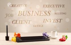 Escritorio de oficina de negocios con la escritura en la pared Fotografía de archivo libre de regalías