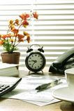 Escritorio de oficina en la mañana Foto de archivo libre de regalías