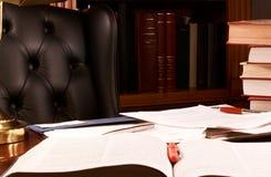 Escritorio de oficina estorbado Foto de archivo