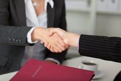 Escritorio de Shaking Hands At de la empresaria Fotos de archivo