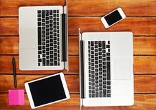 Escritorio de trabajo con dos ordenadores portátiles fotos de archivo