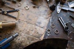 Escritorio de trabajo para la fabricación de la joyería del arte Fotos de archivo libres de regalías