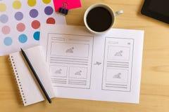 Escritorio del diseñador con los bosquejos del wireframe para el sitio web responsivo Foto de archivo libre de regalías