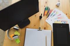 escritorio del diseñador gráfico en el trabajo - tableta digital, scre del ordenador Imagen de archivo