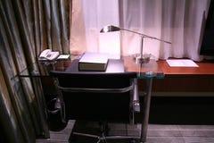 Escritorio del hotel y lámpara de lectura Imagen de archivo libre de regalías