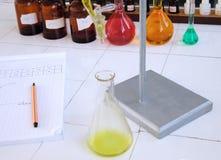 Escritorio del laboratorio de química de la escuela Imagen de archivo
