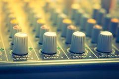 Escritorio del mezclador de la música con los diversos botones (v procesado imagen filtrado imagenes de archivo