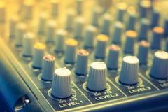 Escritorio del mezclador de la música con los diversos botones (v procesado imagen filtrado fotografía de archivo libre de regalías