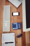 Escritorio del negocio con el ordenador y el smartphone Imágenes de archivo libres de regalías
