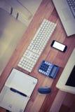 Escritorio del negocio con el ordenador y el smartphone Imagen de archivo libre de regalías