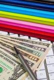 Escritorio del negocio - doce diarios, dólares de EE. UU., plumas y ordenadores Imágenes de archivo libres de regalías