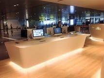 Escritorio del ordenador en el nuevo aeropuerto internacional de Doha Fotografía de archivo