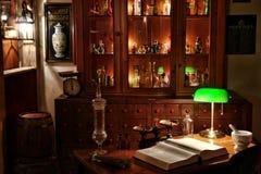 Escritorio del químico de la vendimia en departamento antiguo del boticario