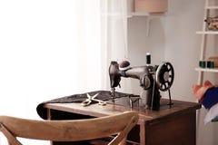 Escritorio del sastre con la máquina vieja Foto de archivo