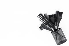 Escritorio del trabajo del peluquero con las herramientas para el pelo que diseña en el espacio blanco de la opinión superior del Fotos de archivo