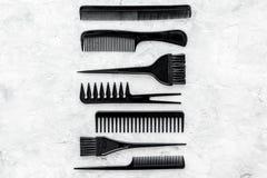Escritorio del trabajo del peluquero con las herramientas para el pelo que diseña en el espacio de piedra gris de la opinión supe Imágenes de archivo libres de regalías